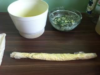 Staviti fil na jedan kraj namazane kore i uviti je