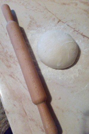 Napraviti dve loptice od testa