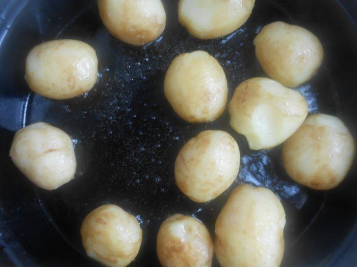 Najpre staviti najkrupnije krompiriće